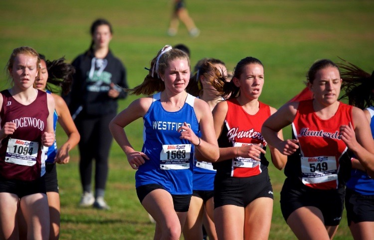 Ava Maurillo running in a cross country meet.
