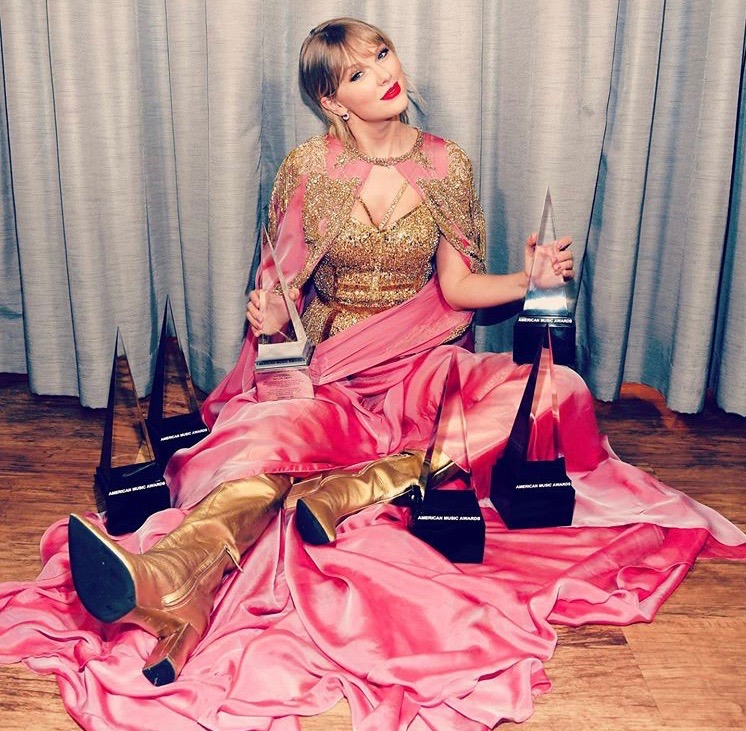 Taylor+Swift+with+her+2019+American+Music+Awards+trophies