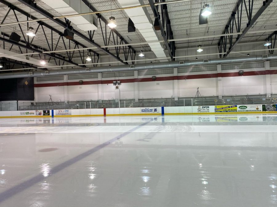 Empty+hockey+rink+